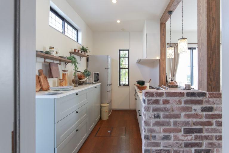戸建リノベーション,住工房株式会社,キッチン,タイル壁,背面収納、ブリックタイル