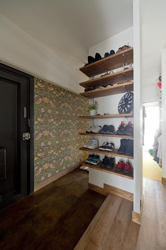 マンションリノベーション,スクールバス空間設計,玄関,輸入壁紙,靴収納