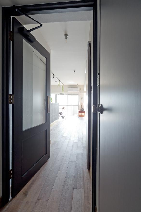 マンションリノベーション,スクールバス空間設計,リビングドア,造作,ガラス扉