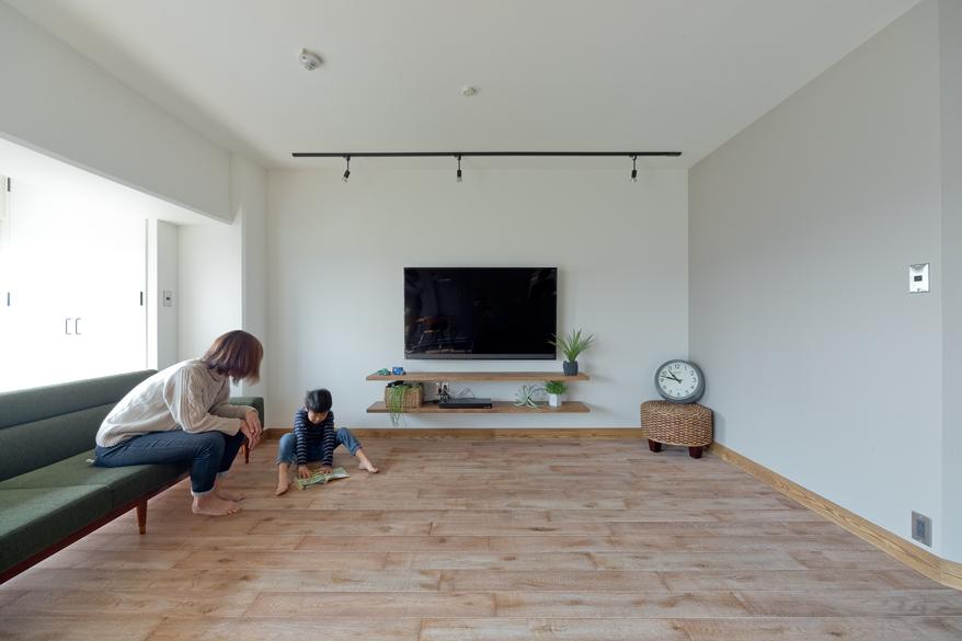 マンションリノベーション,スクールバス空間設計,リビング,無垢材,壁掛けテレビ