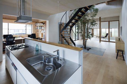 戸建てリノベーション、ツドウデザインスタジオ、オープンキッチン、ステンレスレンジフード、螺旋階段