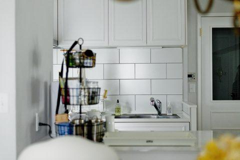 マンションリノベーション、グラデン、モールディング、キッチンタイル、白いキッチン