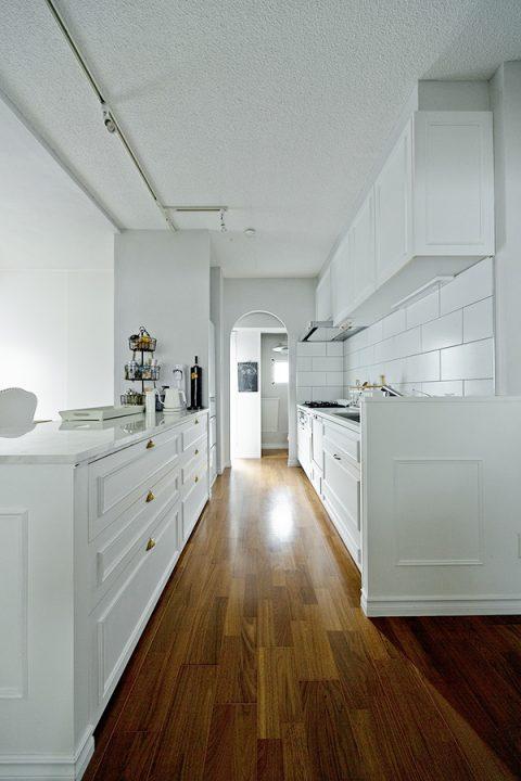 マンションリノベーション、グラデン、モールディング、白いキッチン、框付き扉