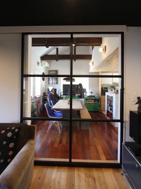 戸建てリノベーション、フィールドガレージ、ガラス引き戸、スチール引き戸、ガラス間仕切り