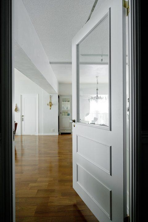 マンションリノベーション、グラデン、ガラス入り室内ドア、モールディング、白いドア