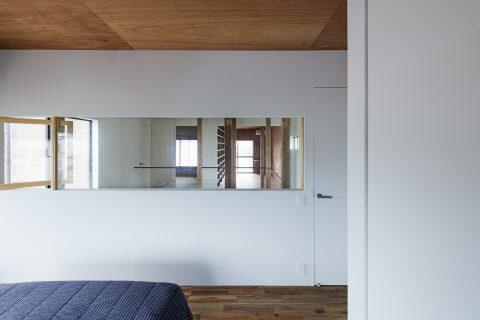 戸建てリノベーション、ツドウデザインスタジオ、室内窓、板張り天井、シンプル寝室