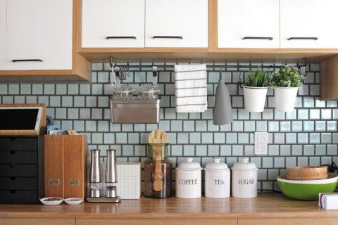 戸建てリノベーション、フィールドガレージ、水色タイル、キッチン収納、見せる収納