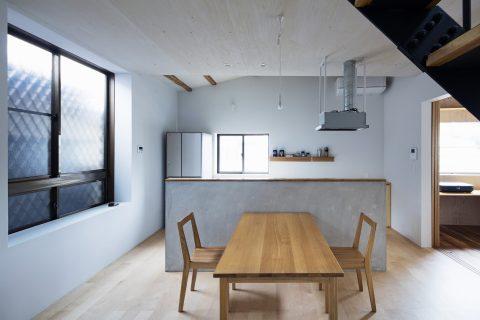 戸建てリノベーション、ツドウデザインスタジオ、オープンキッチン、モルタル腰壁、大人ダイニング