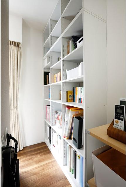 マンションリノベーション、インテリックス空間設計、オープン収納、テレビ裏収納、白い棚収納