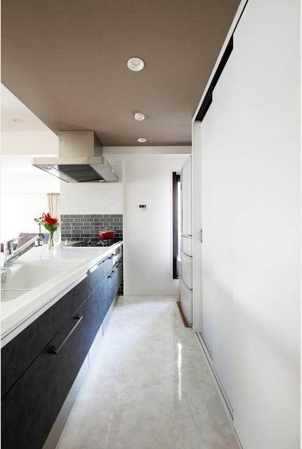 マンションリノベーション、インテリックス空間設計、引き戸収納、キッチン天井、キッチン収納