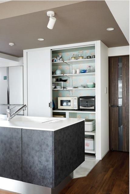 マンションリノベーションインテリックス空間設計、キッチン収納、背板花柄クロス、おしゃれ収納