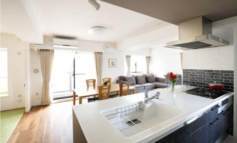 マンションリノベーション、インテリックス空間設計、オープンキッチン、対面フラットカウンター、二色使いタイル