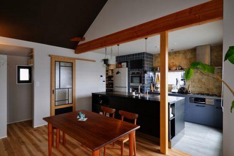 戸建リノベ、スタイル工房、和テイスト、化粧梁、タイル壁、対面キッチン、アイランドキッチン、勾配屋根