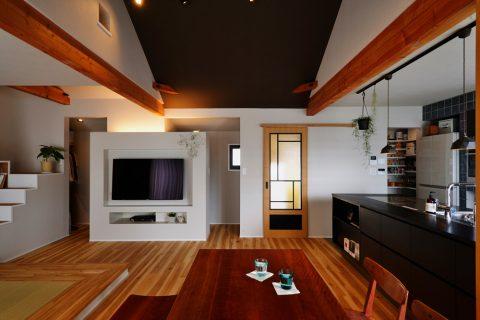 戸建リノベ、スタイル工房、和テイスト、化粧梁、壁掛けテレビ、ウォークインクローゼット、バーチ無垢材