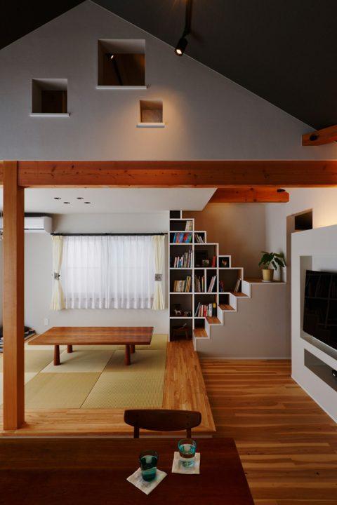 戸建リノベ、スタイル工房、和テイスト、化粧梁、畳スペース、縁なし畳、断熱サッシ、ロフト用階段、本棚、箱階段