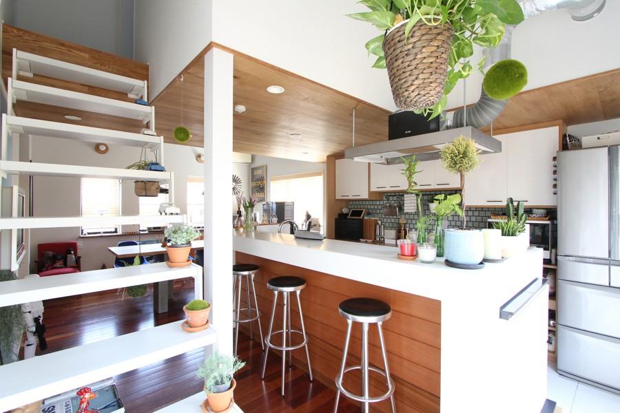 戸建てリノベーション、フィールドガレージ、透かし階段、アイランドキッチン、板張り天井