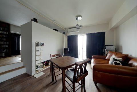 ハコリノベ(SUN REFORM),マンションリノベーション,足場板、アンティーク家具、レザーソファ、アンティークが似合う空間