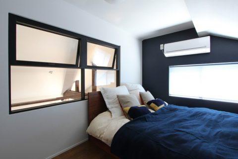 戸建てリノベーション、フィールドガレージ、室内窓ベッドルーム、アクセントパネル、ロフト寝室