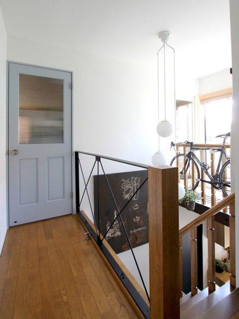 戸建てリノベーション、フィールドガレージ、水色ドア、チェッカーガラス、かっこいい階段
