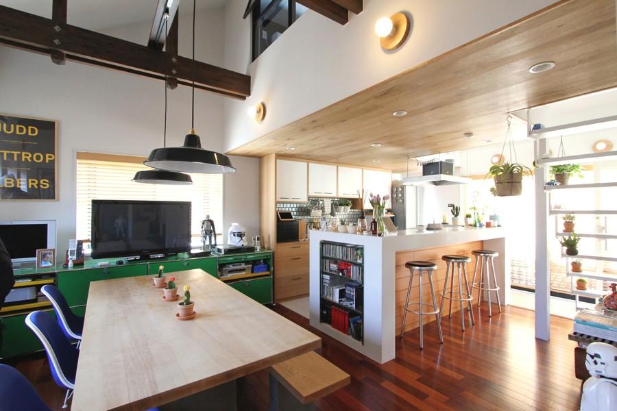 「フィールドガレージ」のリノベーション事例「絶妙ゾーニングの二世帯住宅!ミッドセンチュリーデザインを楽しむ実家リノベーション」