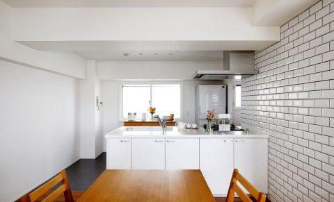 マンションリノベーション、インテリックス空間設計、白いタイル壁、フラットカウンター、オープンキッチン