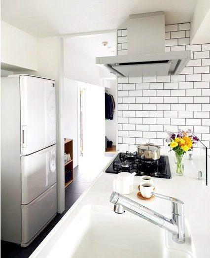 マンションリノベーション、インテリックス空間設計、土間とつながる、オープンキッチン、白いタイル壁