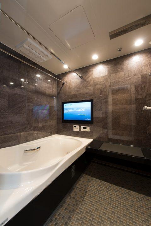 マンションリノベーション、野村不動産パートナーズ、シック浴室、ブラウン浴室、大型浴室テレビ