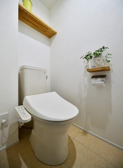マンションリノベーション、スタイル工房、トイレ、TOTO、木製の飾り棚、トイレ収納