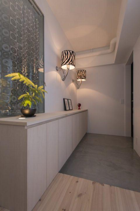 マンションリノベーション、ゼロリノベ、玄関土間、ゼブラ照明、スタイリッシュ玄関