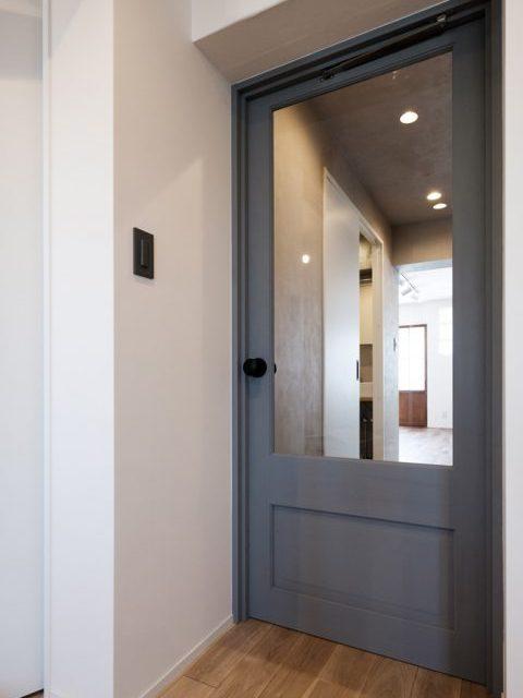 マンションリノベーション、リノデュース、ブルーグレー室内ドア、ガラス入り室内ドア、アクセントドア