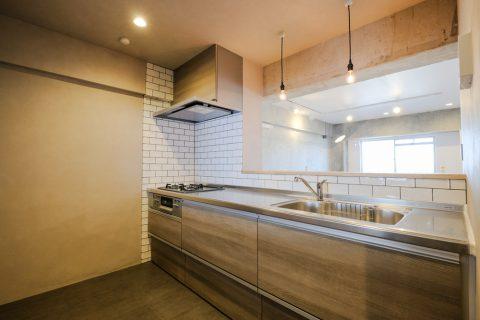 マンションリノベーション、リノデュース、セミオープンキッチン、キッチンタイル、キッチン照明