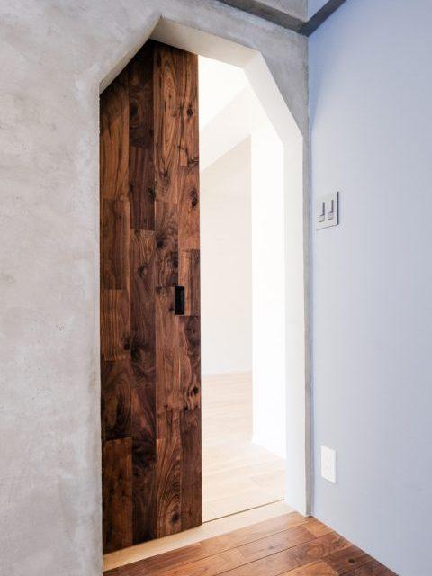 マンションリノベーション、リノデュース、ヴィンテージ引き戸、子ども室ドア、モルタル壁
