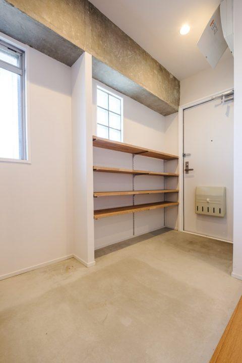 マンションリノベーション、リノデュース、玄関土間、オープン靴入れ、モルタル金鏝仕上げ