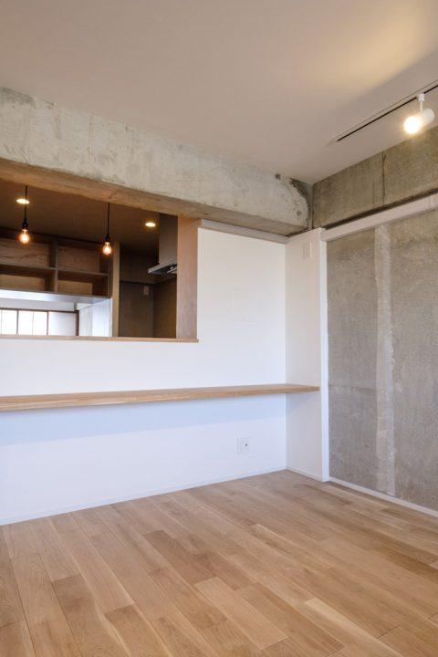 マンションリノベーション、リノデュース、ナラ無垢、コンクリート壁、キッチン前カウンター