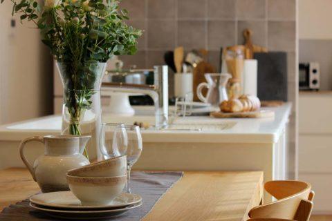 戸建てリノベーション、住工房、器を飾る、グリーンインテリア、カフェ風アレンジ