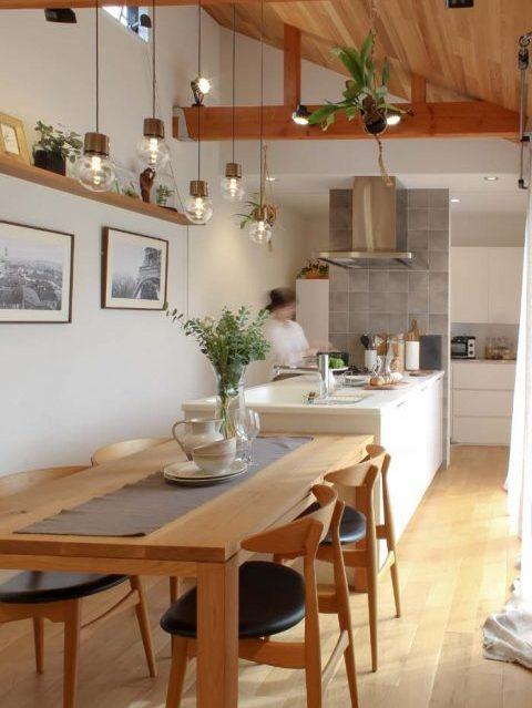 戸建てリノベーション、住工房、キッチンテーブル一体、勾配天井、モーガルソケット