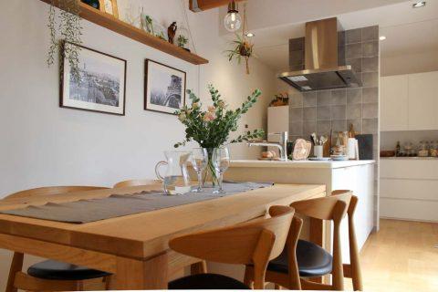 戸建てリノベーション、住工房、キッチンテーブル一体、木の家具、カフェ風アレンジ