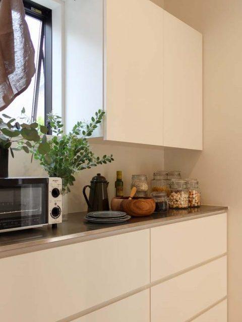 戸建てリノベーション、住工房、キッチン引き出し収納、キッチン白い収納、家電置き場