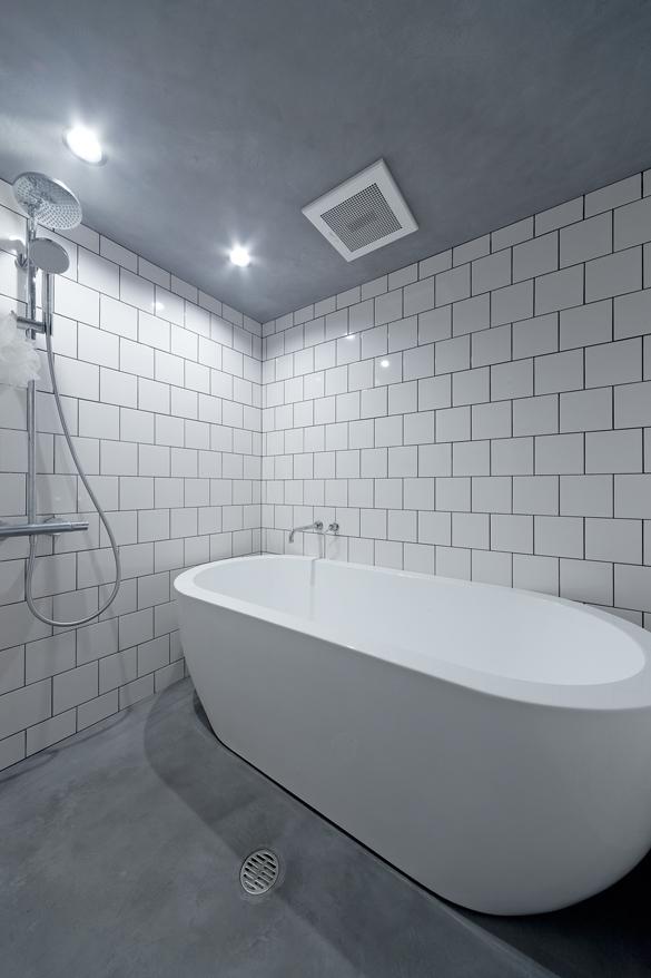 ハコリノベ(SUN REFORM),マンションリノベーション,バスルーム,タイル壁,置き型浴槽