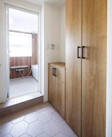 インテリックス空間設計,実家リノベーション,脱衣所,タイル床,バスルーム