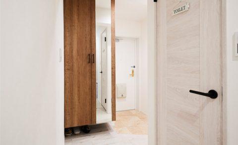 マンションリノベーション、インテリックス空間設計、ミラー付き玄関収納、四方框ドア、シンプル取っ手