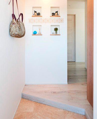 マンションリノベーション、インテリックス空間設計、斜め上がり框、ニッチ飾り棚、玄関見せる収納