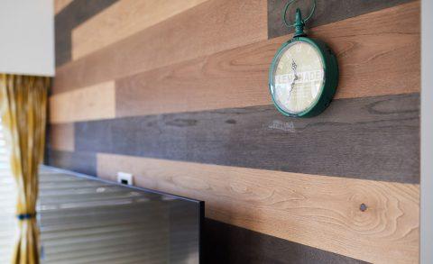 マンションリノベーション、インテリックス空間設計、ウッドパネル、アクセントウォール、木張りの壁