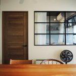「株式会社 錬(れん)」の「室内窓がつくるスタイリッシュな住まい。梁の存在を逆手に取ったマンションリノベーション」