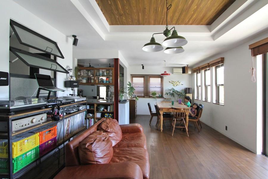 戸建てリノベーション、フィールドガレージ、二段室内窓、木張り天井、DJブース