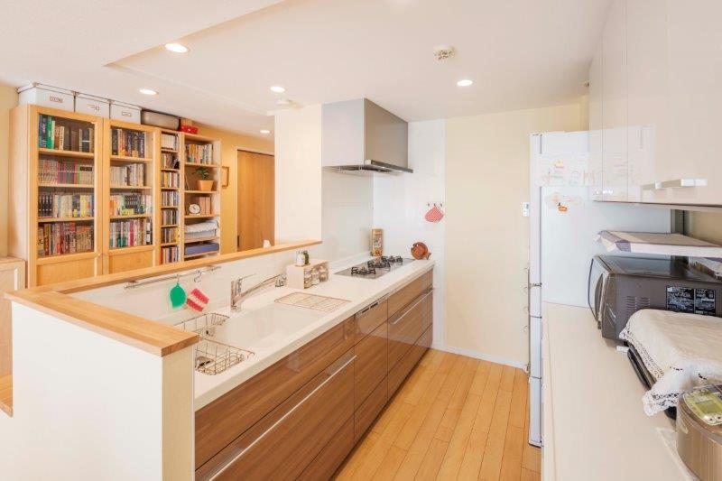 マンションリノベーション、野村不動産リフォーム、腰壁付き対面キッチン、シンク一体カウンター、キッチン背面収納