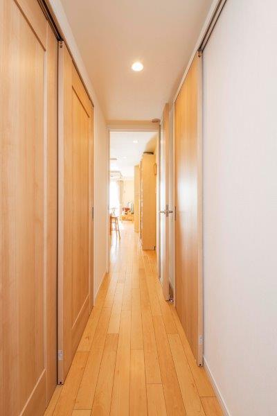 マンションリノベーション、野村不動産リフォーム、引き戸を多用、バリアフリー廊下、木目ドア