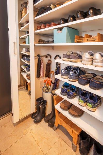 マンションリノベーション、野村不動産リフォーム、システム靴入れ、ミラー付き靴入れ、たっぷり収納