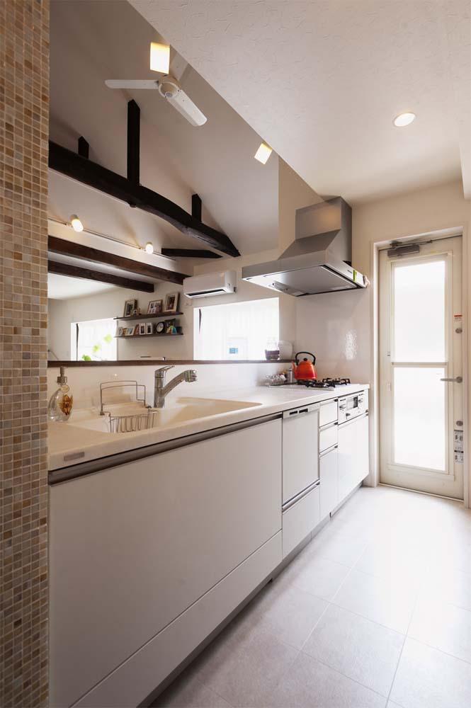 二世帯住宅,戸建てリノべ,スタイル工房,白いキッチンスペース,システムキッチン,勝手口,