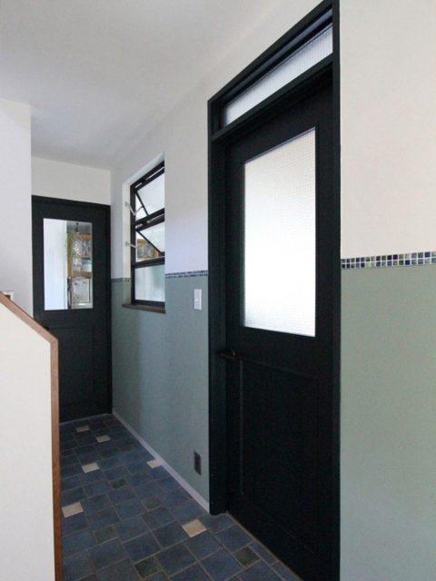 戸建てリノベーション、フィールドガレージ、腰壁アクセント、室内窓、玄関タイル
